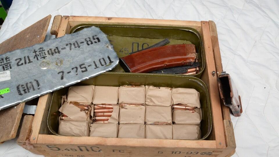 Une boîte contenant des cartouches et d'autres articles en métal.