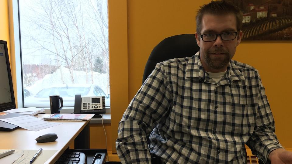 Ken Bouchard est le directeur de la polyvalente Des Baies à Baie-Comeau