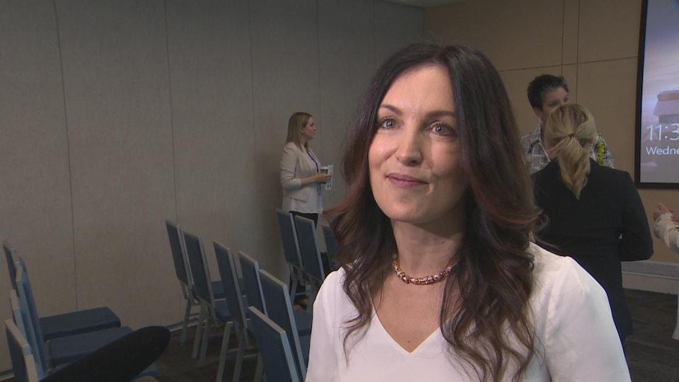 Kendra Kincade répond aux questions des journalistes après la conférence de presse.
