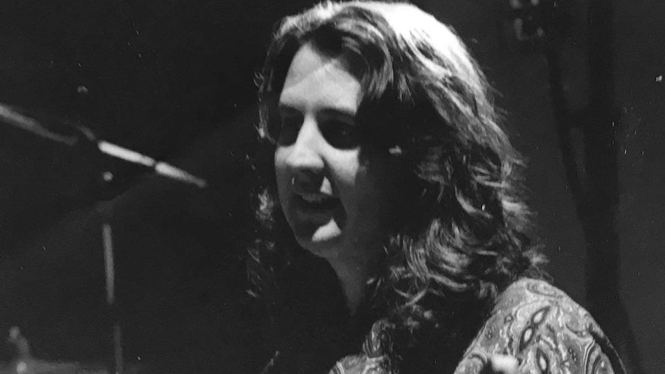 Kennedy Stewart joue de la basse.
