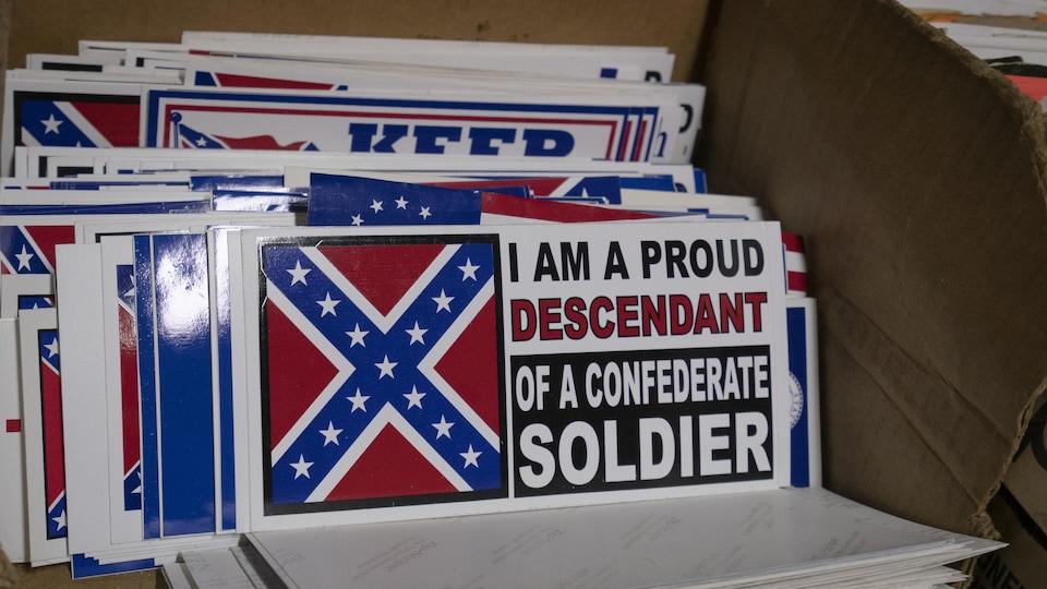 Une pile d'autocollants. Sur le premier est inscrit : « Je suis un fier descendant d'un soldat confédéré ».
