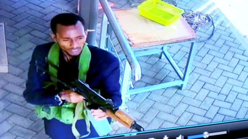 Un homme armé est photographié alors que lui et d'autres personnes pénètrent dans un hôtel et des bureaux à Nairobi.