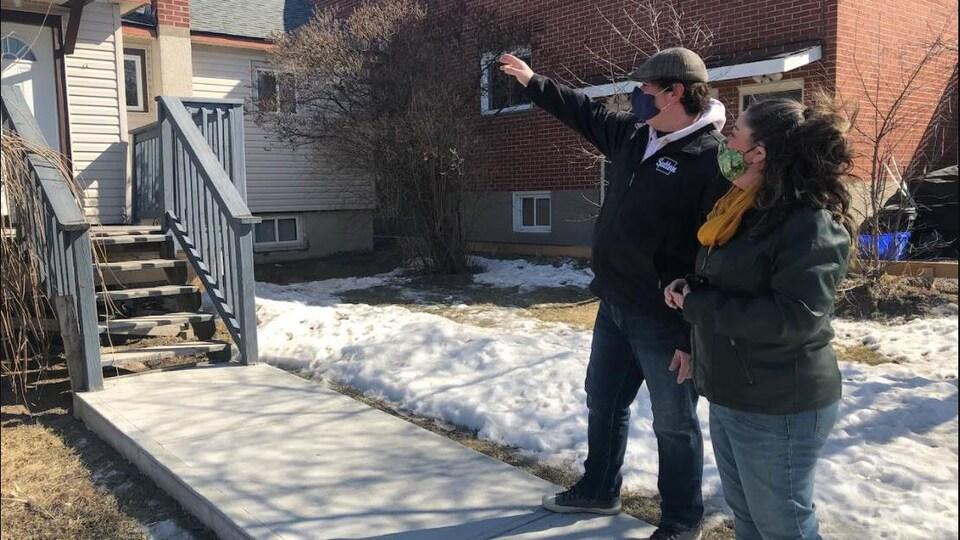 Un agent immobilier montre une maison à une cliente.