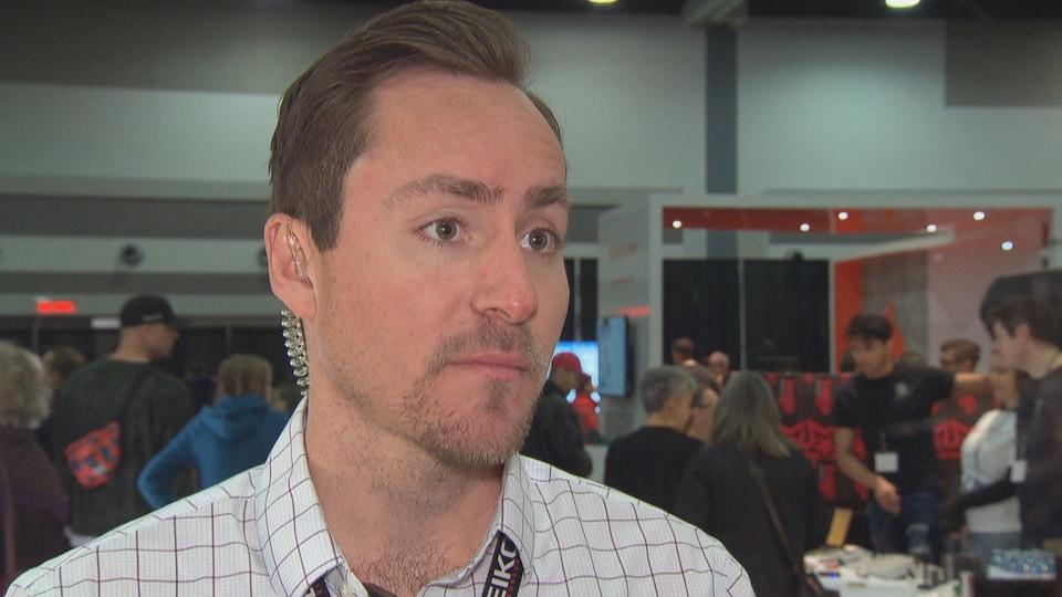 Kevin Blackburn lors d'une entrevue dans un salon d'exposants.