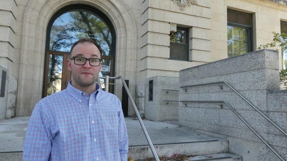Kevin Walby devant l'édifice des archives municipales de Winnipeg.