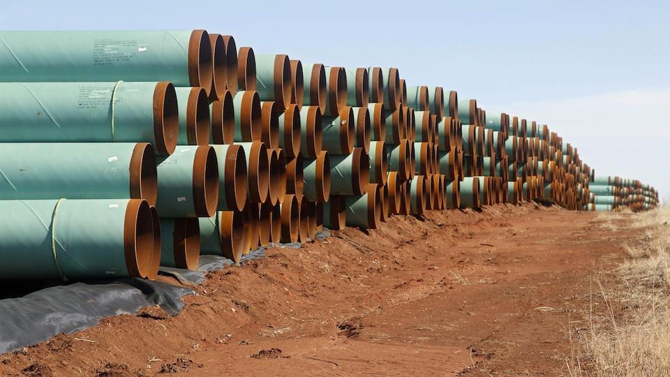 Des tuyaux empilés, sur un terrain en Oklahoma, prêts à être assemblés pour la construction du projet Keystone.