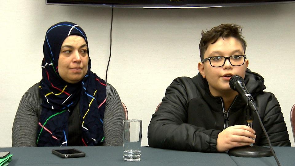 Khadija Thabti et son fils Mohamed s'adressent aux médias lors d'une conférence de presse.
