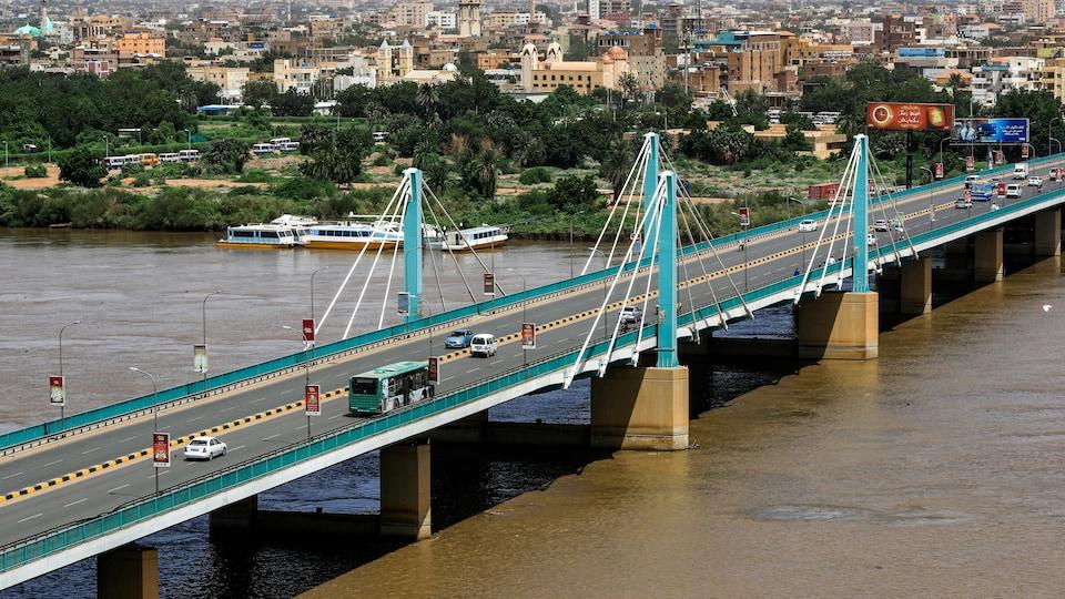 Un pont qui enjambe le Nil à Khartoum, au Soudan.