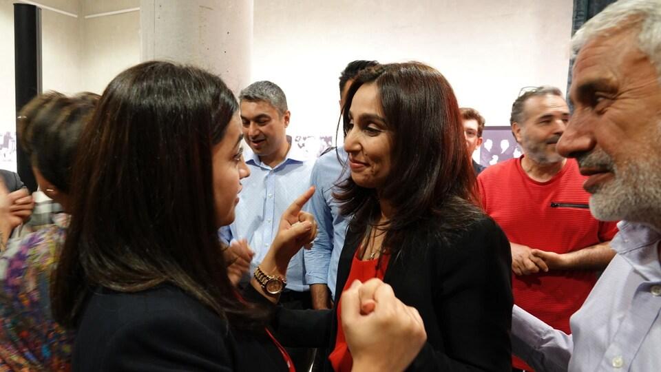 La candidate à l'investiture libérale dans Orléans, Khatera Akbari, discute avec une partisane.