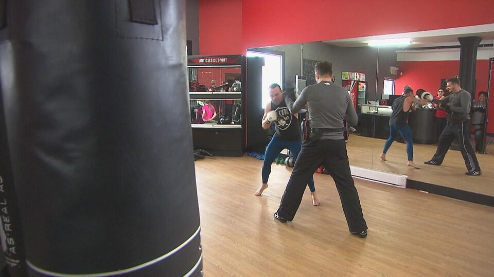 Deux combattants à l'entraînement dans un gymnase