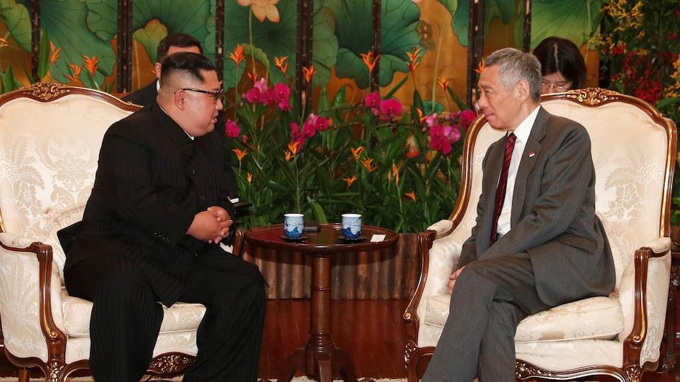 Les deux hommes politiques sont assis l'un en face de l'autre et discutent.