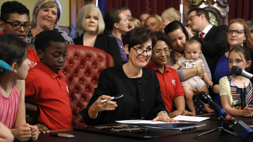 La gouverneure de l'Iowa, la républicaine Kim Reynolds, a signé vendredi la loi la plus restrictive sur l'avortement aux États-Unis.