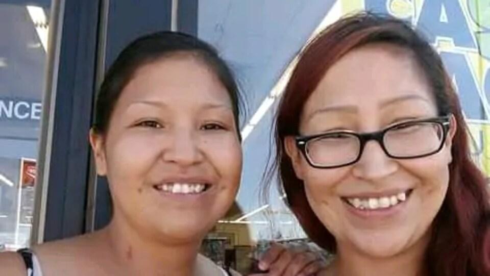 Photo en mode selfie de Kimberly Squirrel en compagnie de sa sœur, Kara.