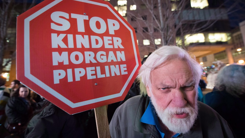 Paul George manifeste contre le projet d'expansion du pipeline Trans Mountain de Kinder Morgan le 29 novembre 2016 à Vancouver.