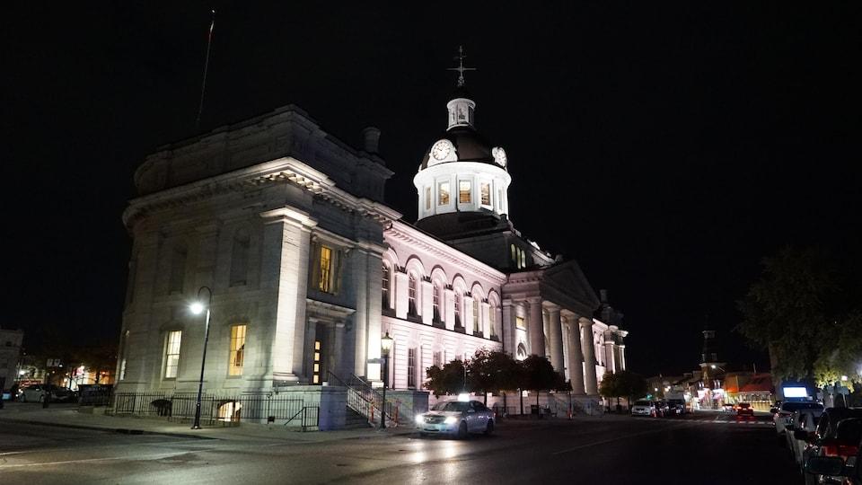 L'hôtel de ville illuminée la nuit.