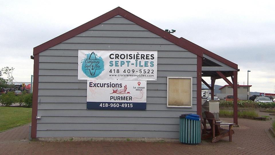 Une petite cabane sert de kiosque à une entreprise qui offre des croisières.