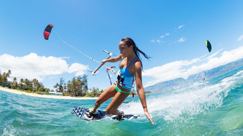 Une athlète de surf cerf-volant en action.