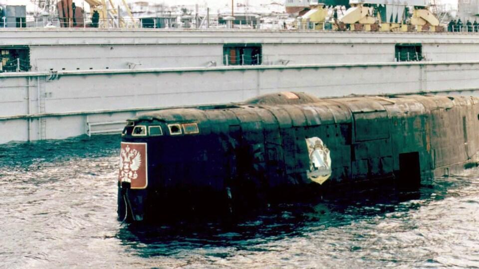 Une partie du sous-marin « Koursk » apparaît à la surface, dans le port de Roslyakovo, en Russie.