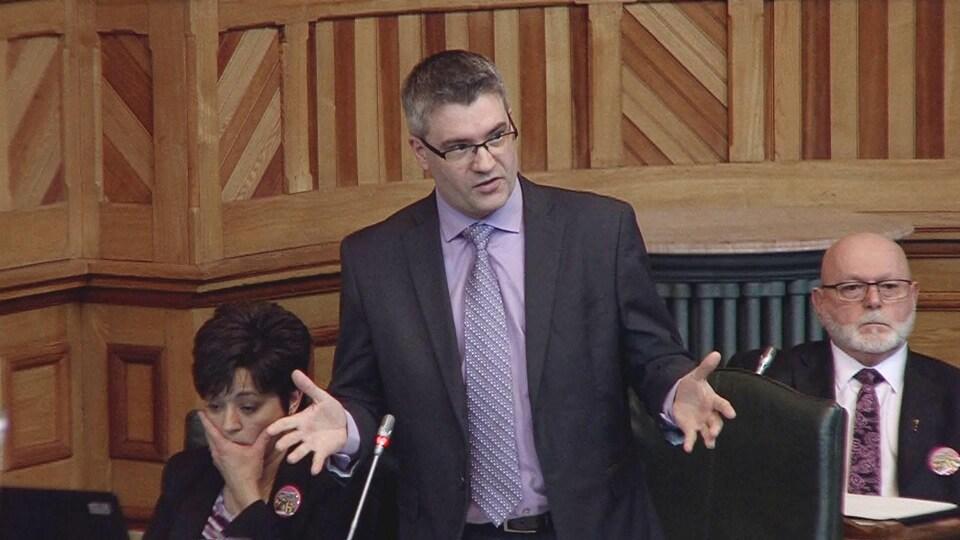 Kris Austin prend la parole à l'Assemblée législative du Nouveau-Brunswick le 28 mars 2019.