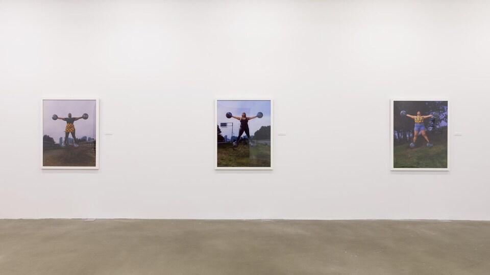 Trois photos sur un mur blanc dans une galerie d'exposition.
