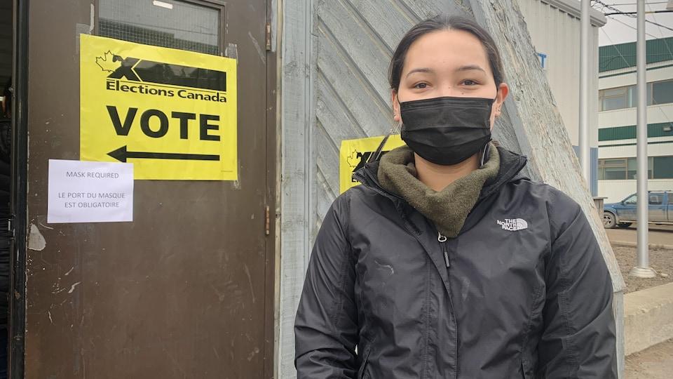 Kristen Kownak devant le bureau de scrutin d'Iqaluit au Nunavut.