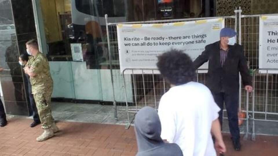 Deux soldats surveillent des touristes.