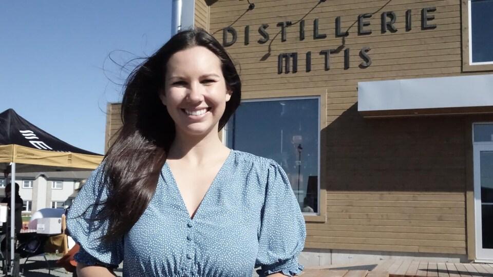 Kristina Michaud devant la Distillerie Mitis.