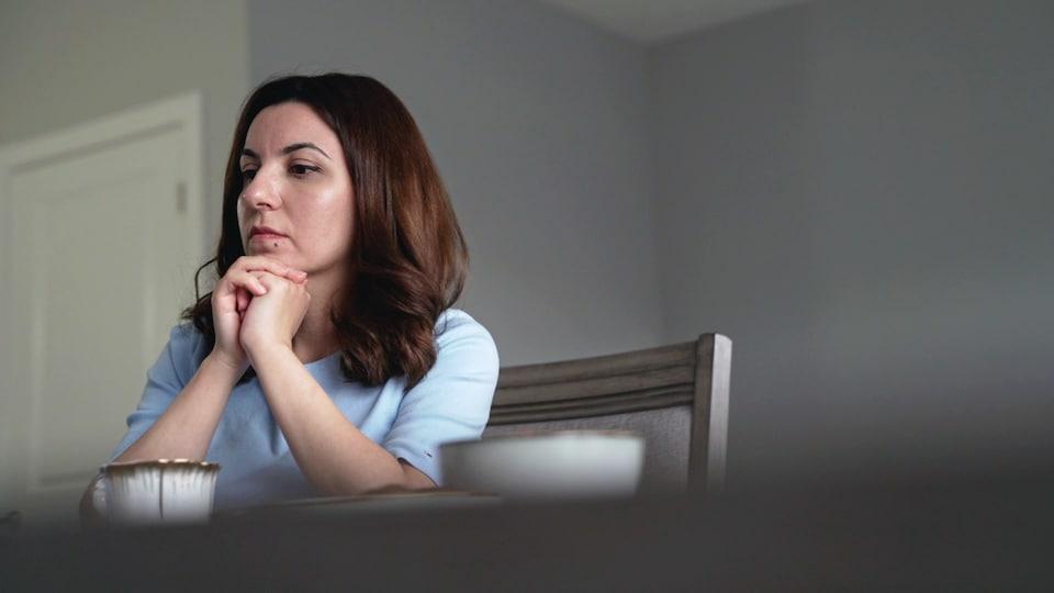 Une femme assise à une table.