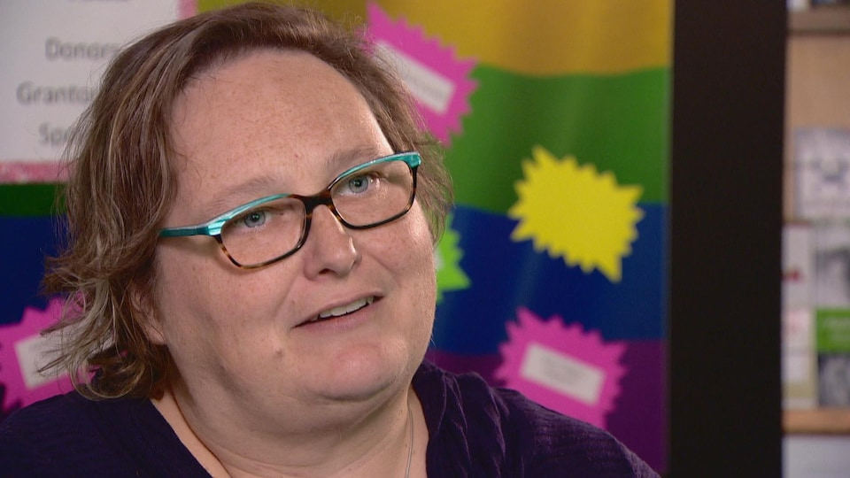 Gros plan sur le visage de Kristy Harcourt, directrice de programme au Pride Centre d'Edmonton, en Alberta