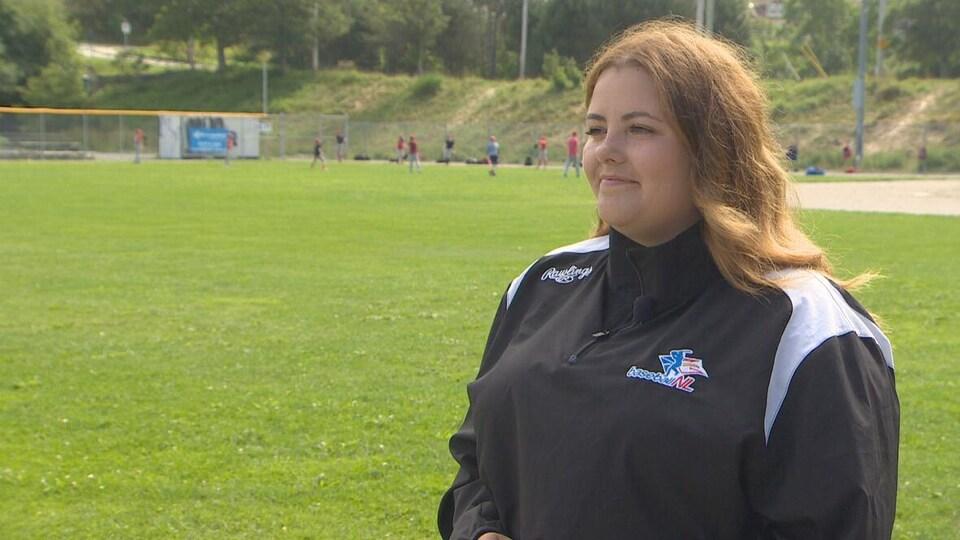Kristyn Coley, directrice régionale de Baseball NL sur un terrain de baseball.
