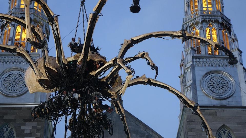 Une araignée géante mécanique sur une église