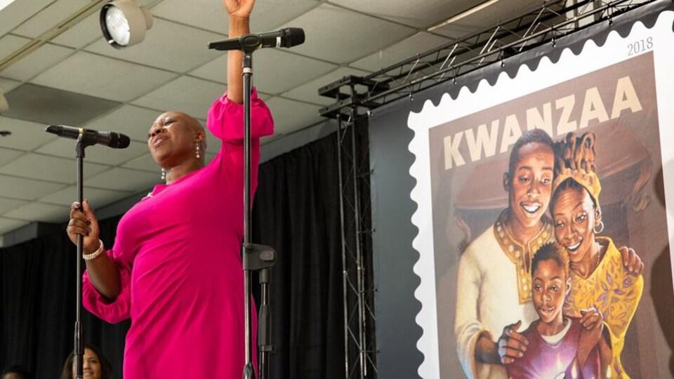 L'inauguration, en 2018, d'un timbre destiné à la célébration de Kwanzaa.