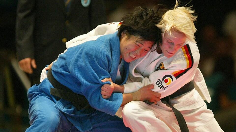 La judoka Kye Sun-Hui lors d'un combat avec l'Allemande Yvonne Boenisch.