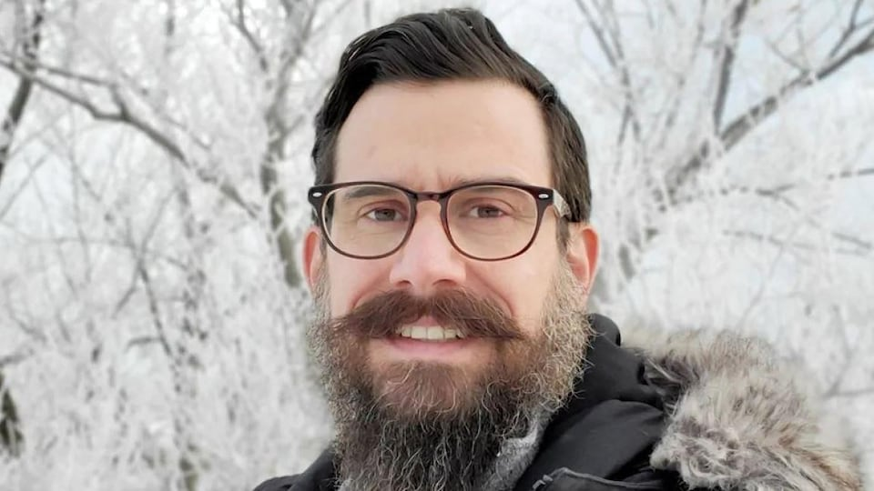 Kyle Anderson pose pour un égoportrait pris en hiver.