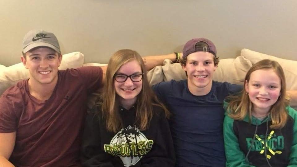 Les deux jeunes sportifs sont assis sur le canapé, aux côtés d'Abbie et Tessa Cannon.