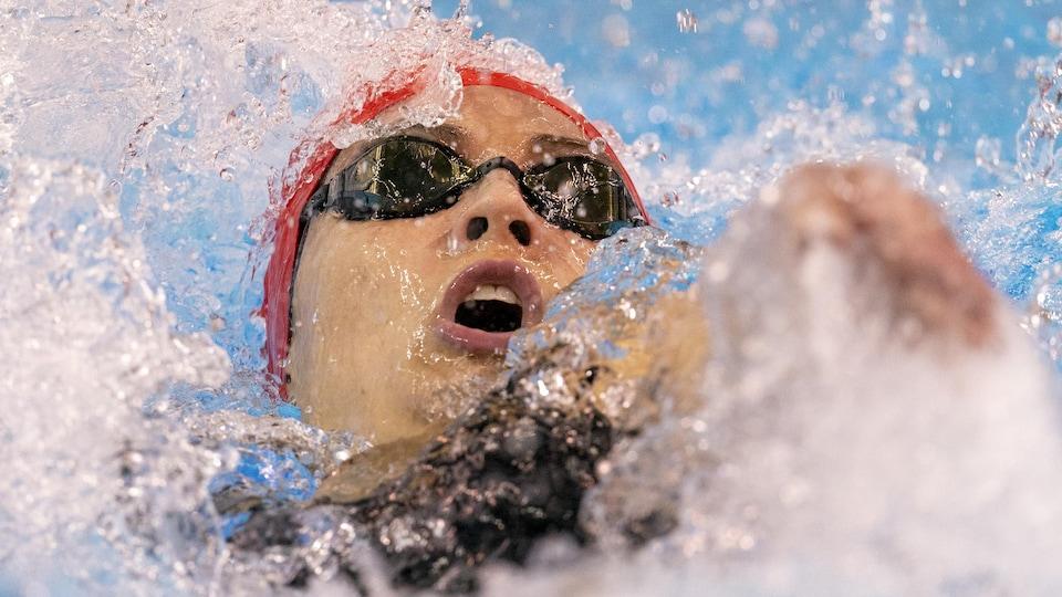 Un gros plan de la nageuse en plein effort