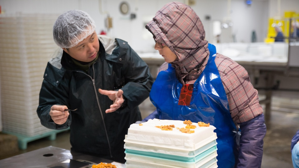 Kyosuke Nishio et une travailleuse d'usine.