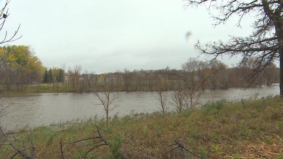Une rivière et ses deux rives, en automne.