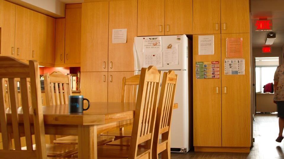 Une table et des chaises, un  réfrigérateur.