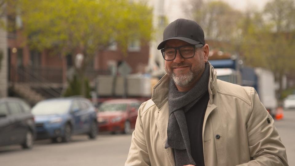 François Béliveau entrepreneur en décontamination et en toiture, devant un camion de son entreprise.