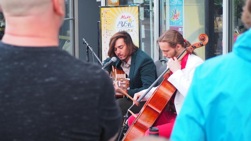 Un guitariste et un violoncelliste à la Fête de la musique à Edmonton