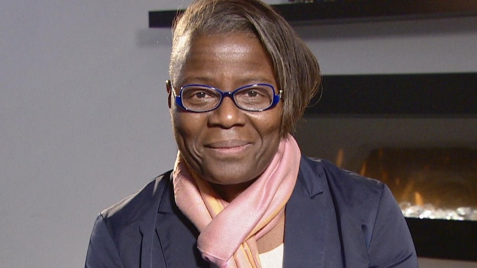 Une femme sourit à la caméra