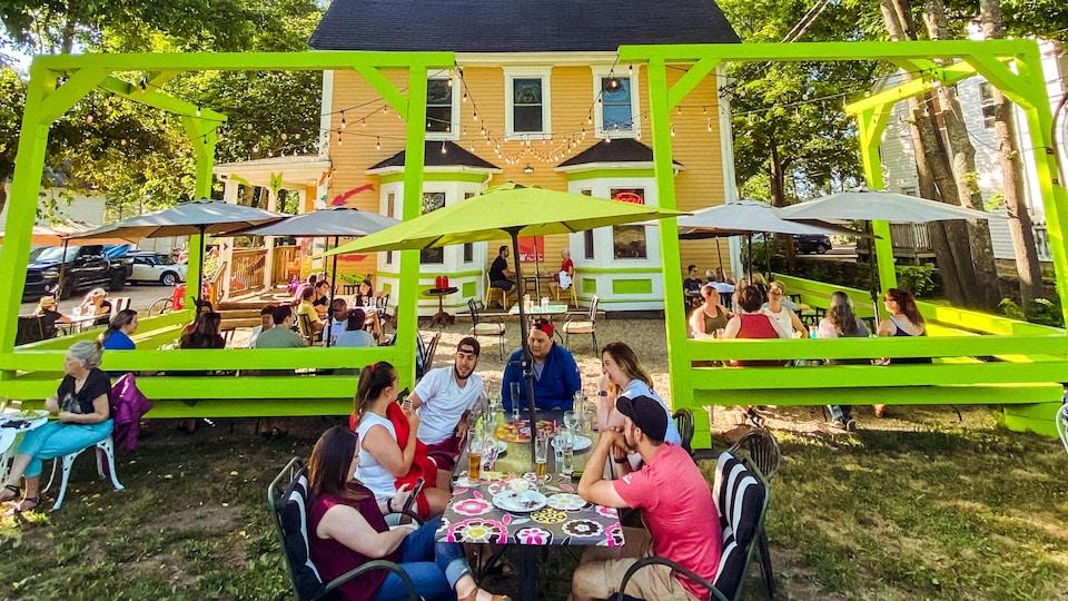 Une terrasse de restaurant colorée devant le bistro Le moque-tortue.