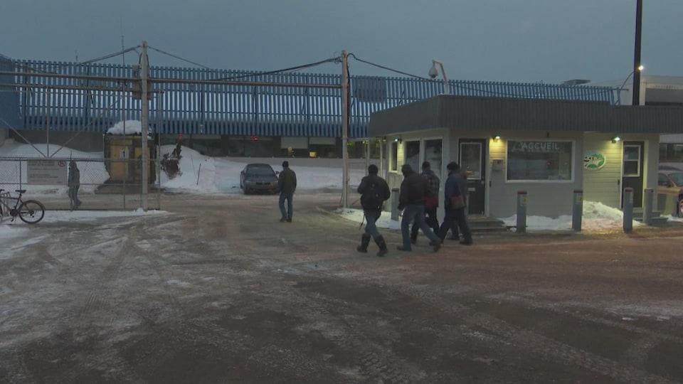 Les employés de l'usine Bombardier de La Pocatière se rendent au travail, tôt le matin.