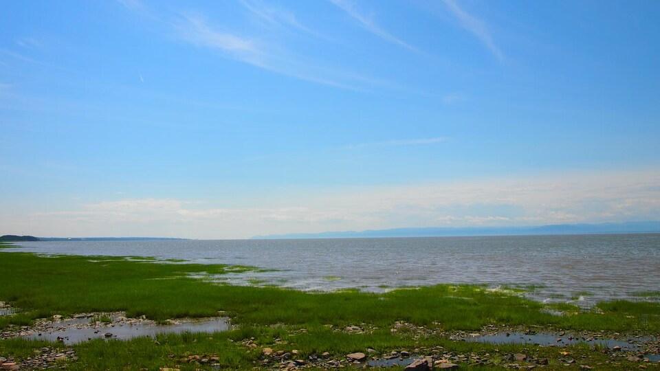 Vue sur le paysage côtier du Fleuve Saint-Laurent dans la région de Kamouraska dans la Bas-Saint-Laurent.