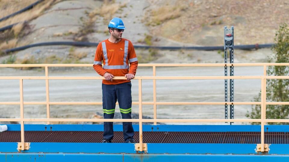 Un travailleur minier portant un casque bleu.