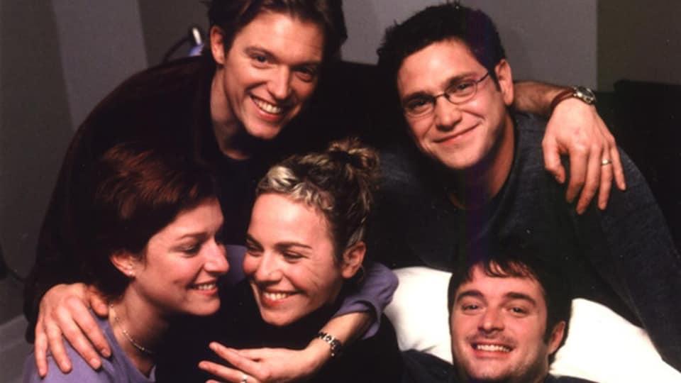 Les comédiens et comédiennes Vincent Graton, Patrick Labbé, Julie McClemens, Macha Limonchik, et Normand Daneau posent en souriant.