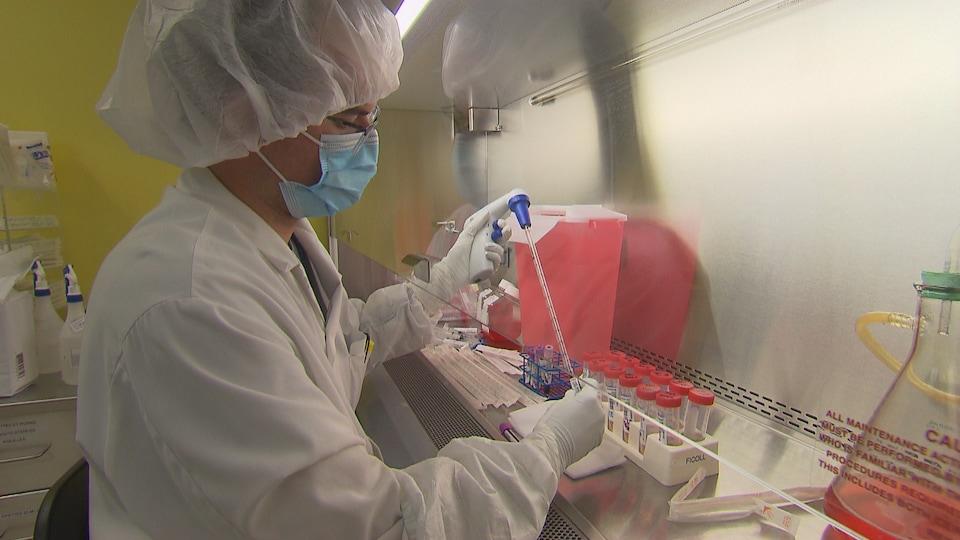 Un technicien travaille dans un laboratoire de recherche.
