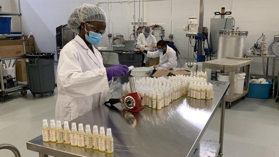 Des personnes dans un laboratoire.