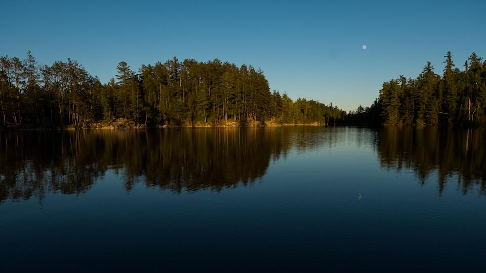 La lune se lève sur le lac Kipawa.